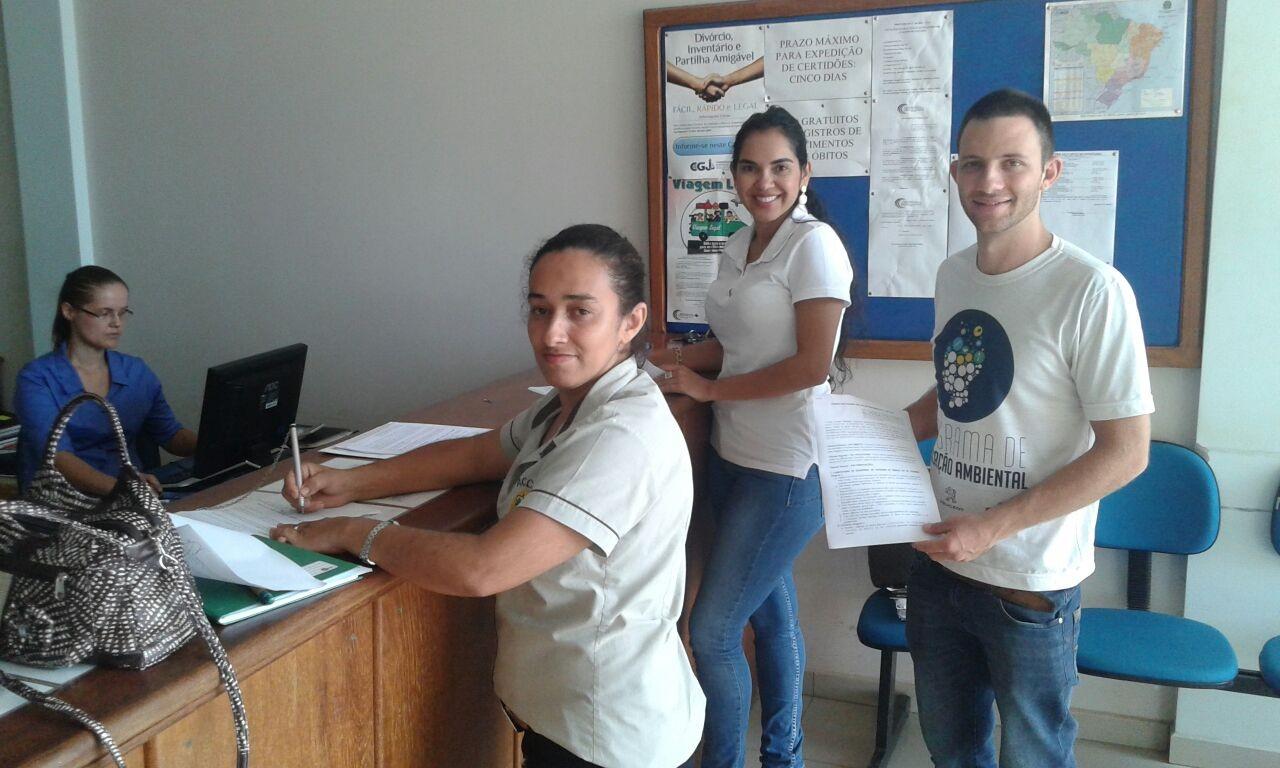 Veridiana Vieira, Laura Nodari e Saulo Magnani Thomas registram a concessão para a coleta de castanhas na Fazenda Guadalupe (Foto: Acervo ONF Brasil)