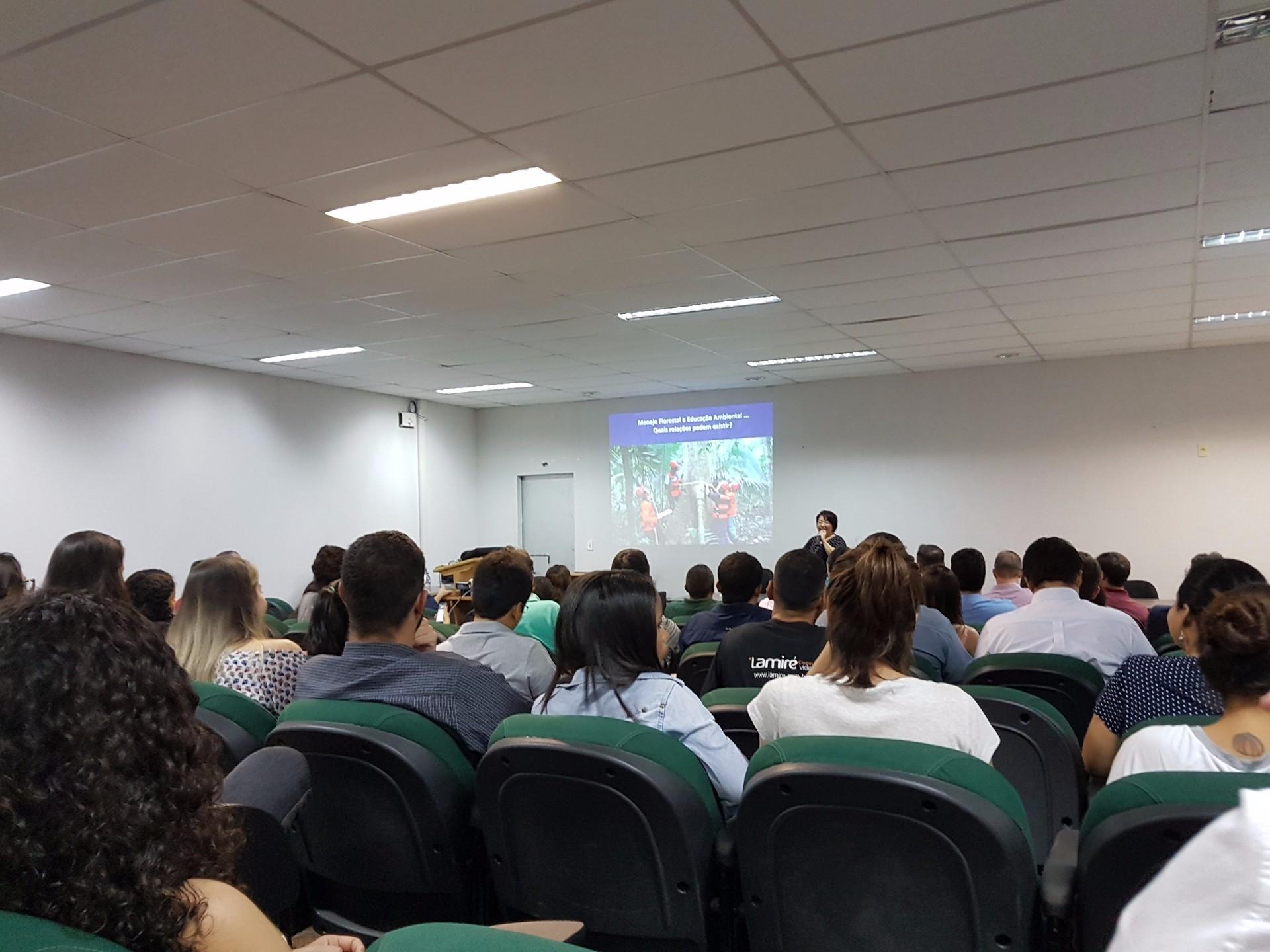 Auditório da UFMT lotado com os participantes dos cursos de manejo e gestão florestal (Foto: ONF Brasil)