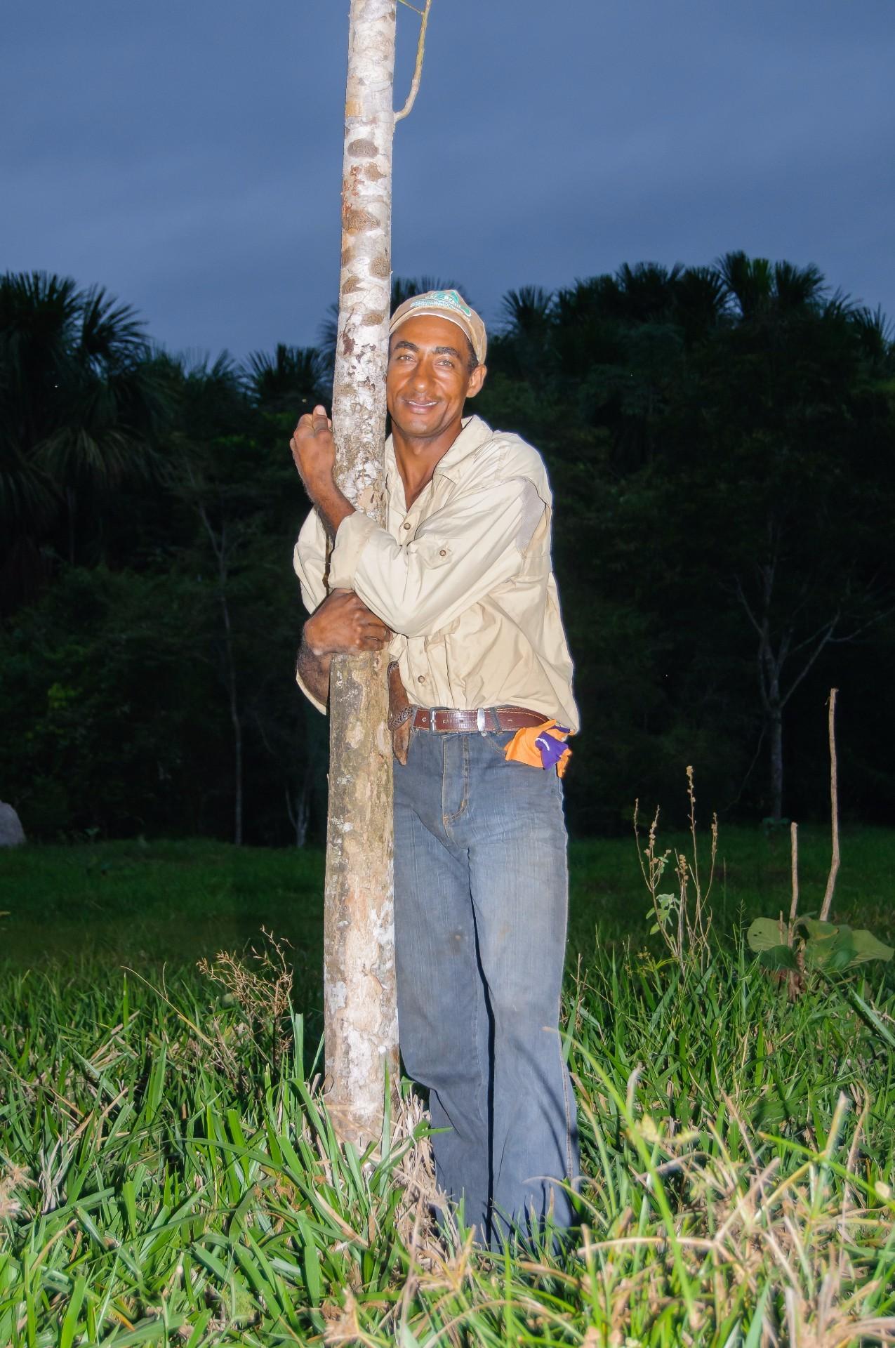Gilberto e a sua primeira árvore plantada na Fazenda (Foto: Antonio Carlos Freitas, 2008)
