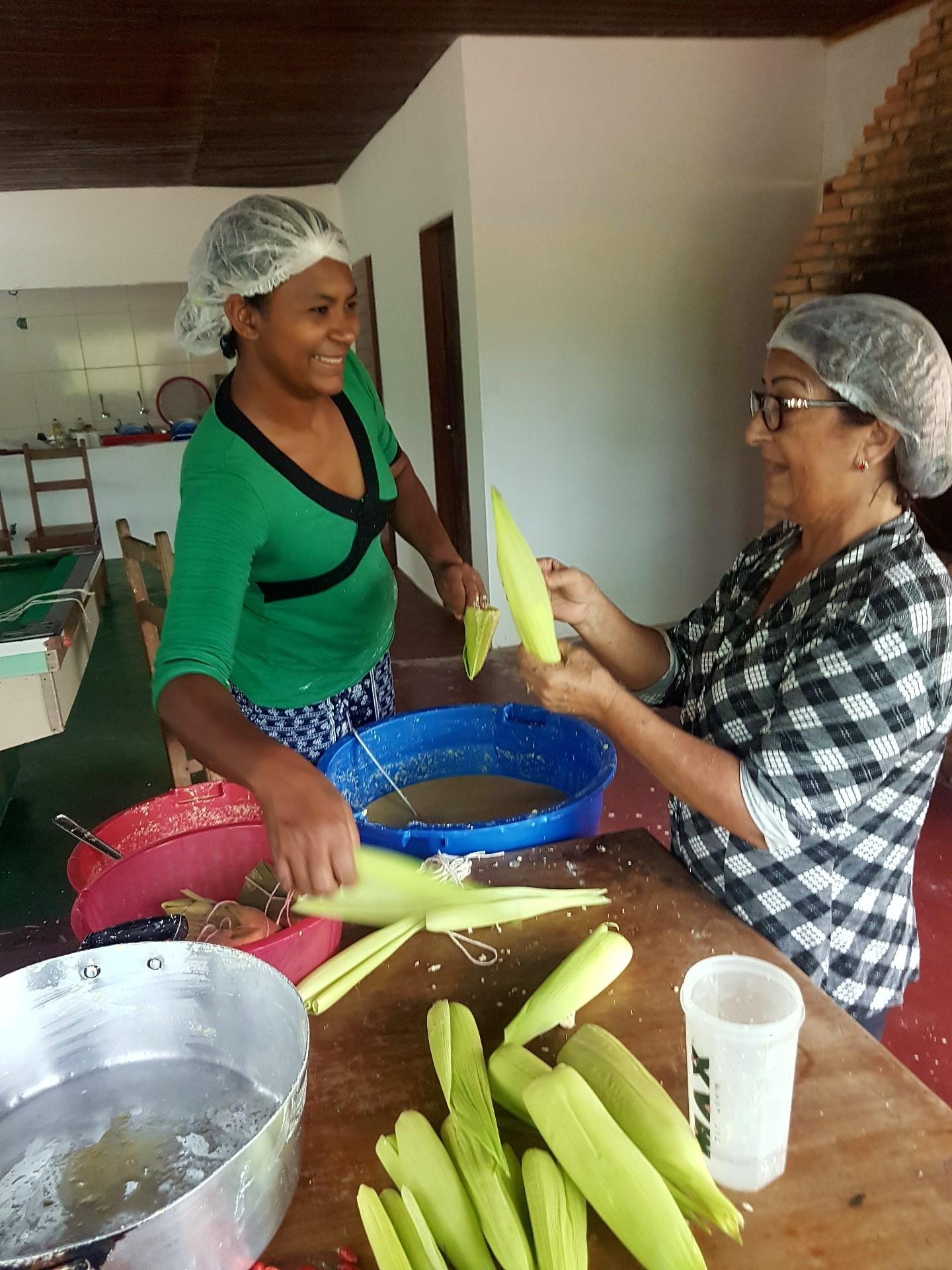 Dona Dirce ensina as receitas tradicionais de milho (Foto: Alan Bernardes)