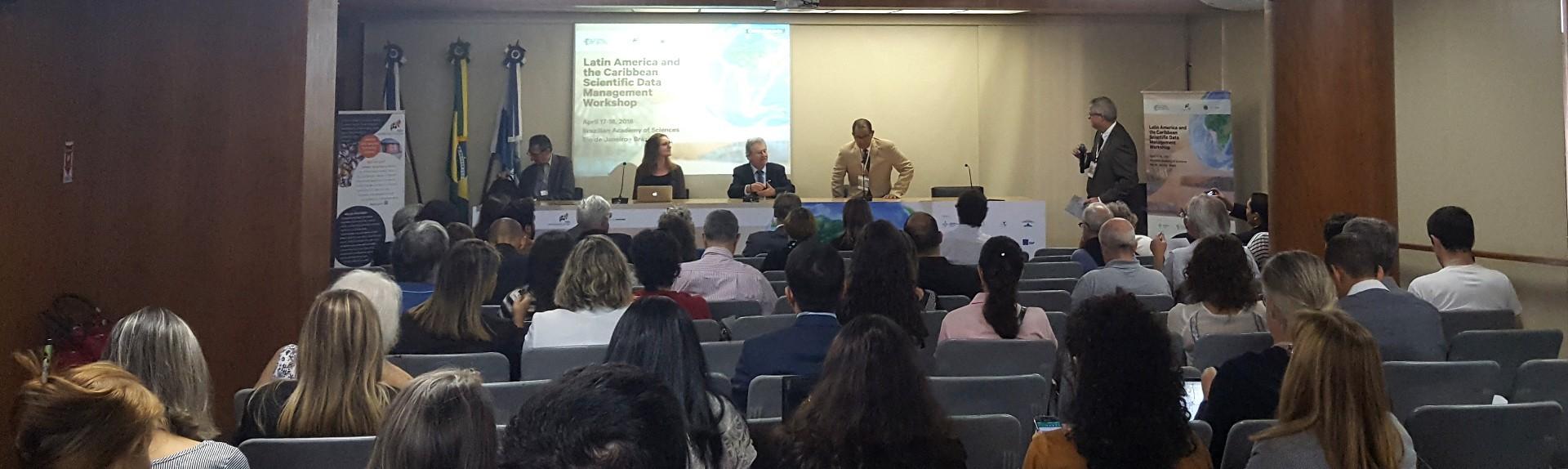 Público acompanha o intercâmbio de informações durante oficina (Foto: Estelle Dugachard/ ONF Brasil)